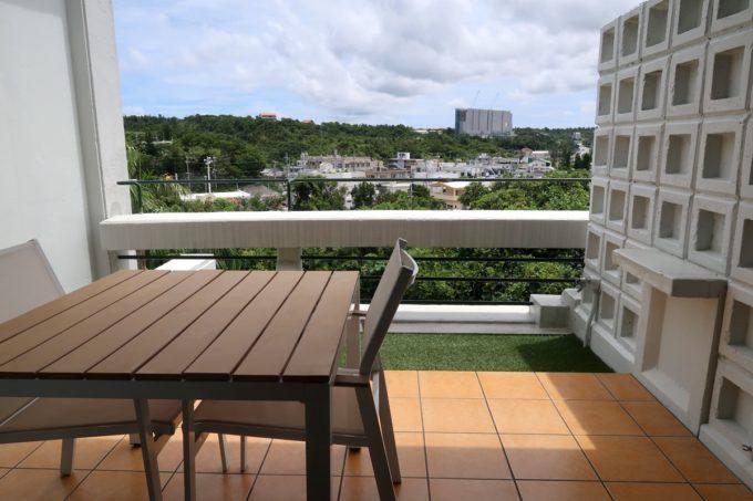 沖縄・恩納村「ホテルムーンビーチ」ナチュラルスーペリア(32.4平米、ツインルーム、グリーンビュー)のベランダの眺め(昼間)