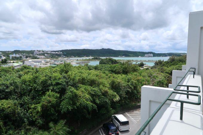 沖縄・恩納村「ホテルムーンビーチ」ナチュラルスーペリア(32.4平米、ツインルーム、グリーンビュー)のベランダからは、遠くに海が見えた