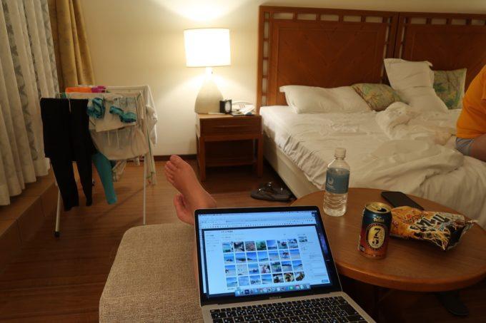 沖縄・恩納村「ホテルムーンビーチ」ナチュラルスーペリア(32.4平米、ツインルーム、グリーンビュー)で過ごす様子