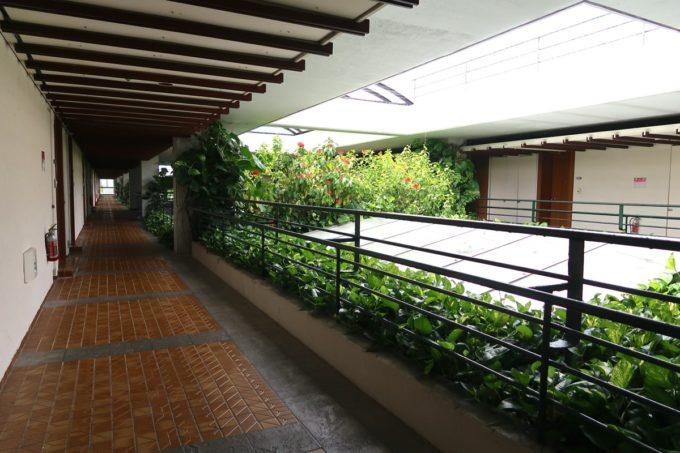 沖縄・恩納村「ホテルムーンビーチ」客室棟の半屋外な廊下も素敵だ