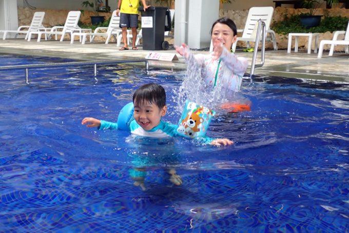 沖縄・恩納村「ホテルムーンビーチ」アトリウムプールで遊ぶお子サマー
