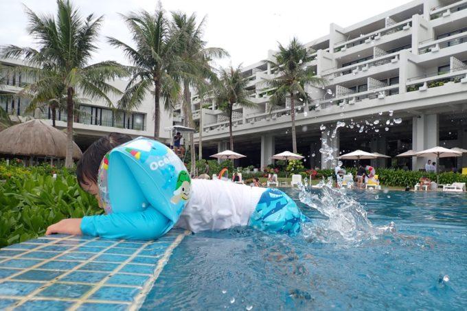 沖縄・恩納村「ホテルムーンビーチ」ラグーンプールは深いのでプールサイドにつかまってバタ足を楽しんだ