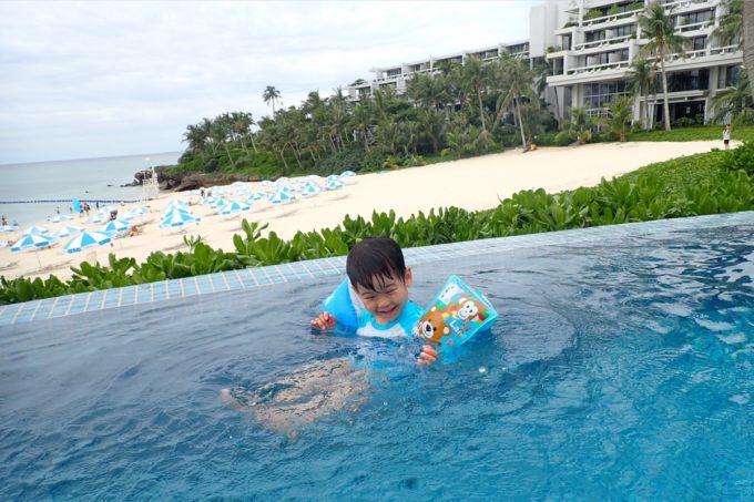 沖縄・恩納村「ホテルムーンビーチ」ラグーンプールにぷかぷか浮かぶお子サマー