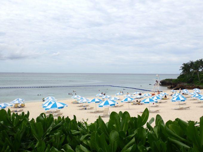 沖縄・恩納村「ホテルムーンビーチ」ラグーンプールからのビーチ方面の眺め