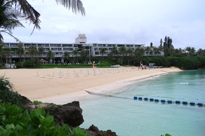 沖縄・恩納村「ホテルムーンビーチ」砂地の天然ビーチの遊泳区間は結構沖まで広かった