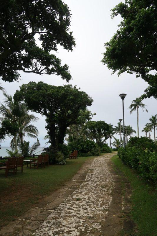 沖縄・恩納村「ホテルムーンビーチ」手入れされた中庭