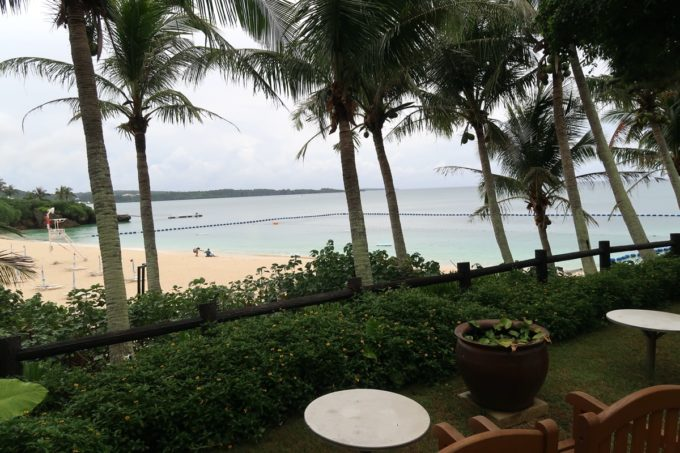 沖縄・恩納村「ホテルムーンビーチ」中庭に設置されたテーブルからはビーチが眺められる