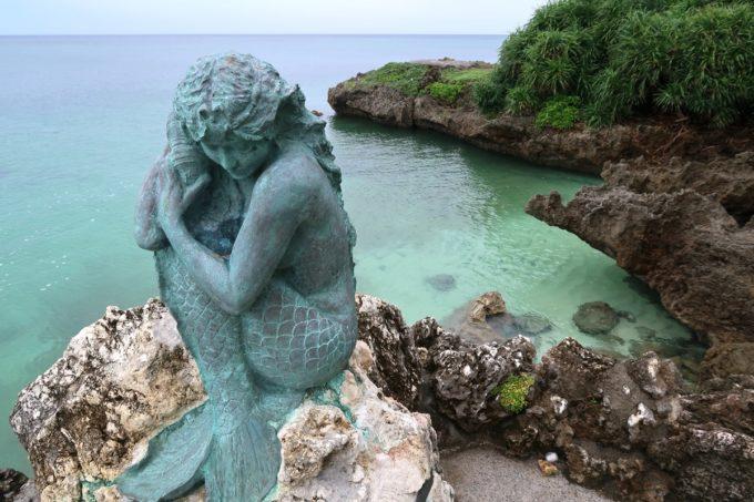 沖縄・恩納村「ホテルムーンビーチ」中庭の奥には東シナ海を眺める位置に人魚の像があった