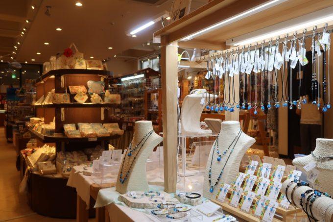 沖縄・恩納村「ホテルムーンビーチ」お土産品などが販売されているショップ