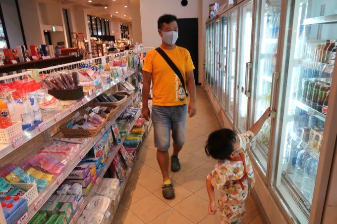 沖縄・恩納村「ホテルムーンビーチ」のショップでドリンクを購入する