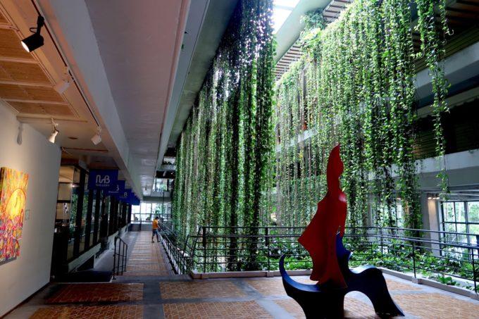 沖縄・恩納村「ホテルムーンビーチ」ポトスのグリーンカーテンと館内展示アート