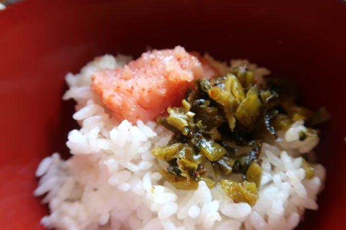 豊見城市「沖縄やまや」ごはんに明太子と高菜を乗っける