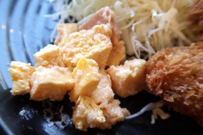 豊見城市「沖縄やまや」定食に添えられた卵も明太子が入っている