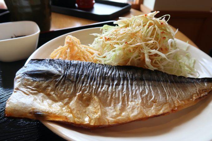 豊見城市「沖縄やまや」日替わりの塩サバ定食は、塩サバが半身まるまるいただけた。