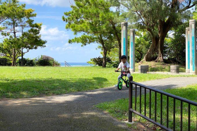 北谷町「砂辺馬場公園」広場や遊歩道でストライダーで遊ぶ