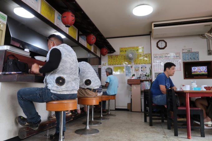 宜野湾「手打ちラーメン かなざわ」の店内
