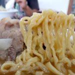 宜野湾「手打ちラーメンかなざわ」肉ラーメンの幅広な手打ちのピロピロ麺