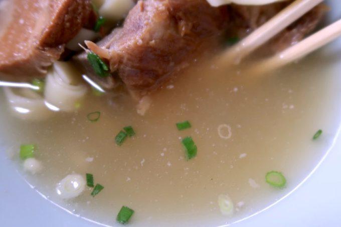 名護市城「八重食堂」豚骨が香るあっさりスープ