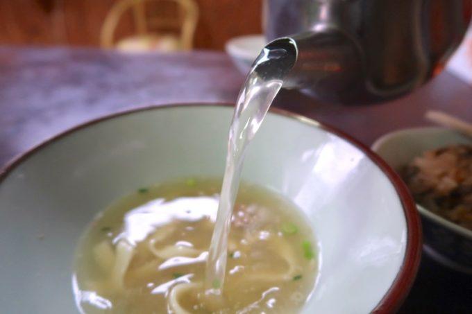 名護市城「八重食堂」の沖縄そばに追いスープした