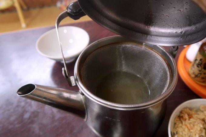 名護市城「八重食堂」そばのスープはヤカンに入っている