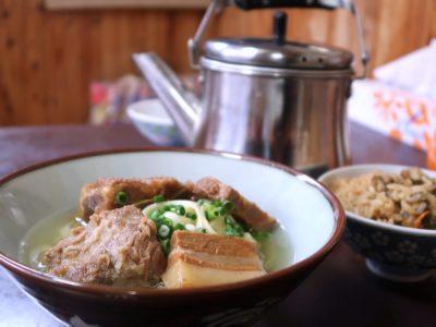 名護市城「八重食堂」ミックスそばとジューシーとセルフのスープが入ったヤカン