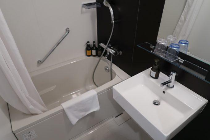 那覇市西町「ホテル・トリフィート那覇旭橋」スーペリアツインのバスルーム