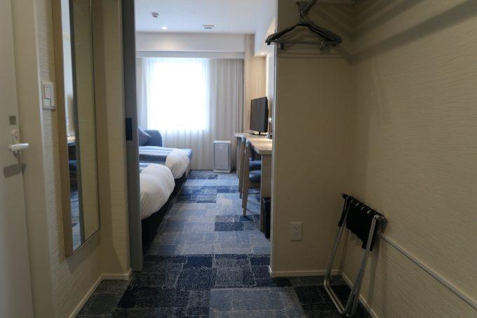 那覇市西町「ホテル・トリフィート那覇旭橋」部屋の通路がとても広く設けられている