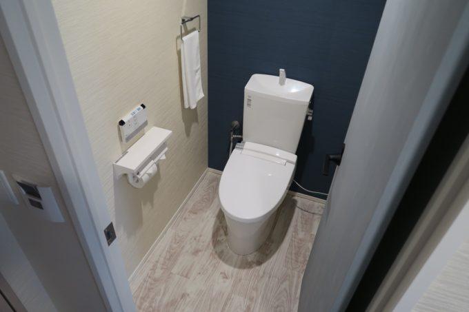 那覇市西町「ホテル・トリフィート那覇旭橋」広さのあるトイレ