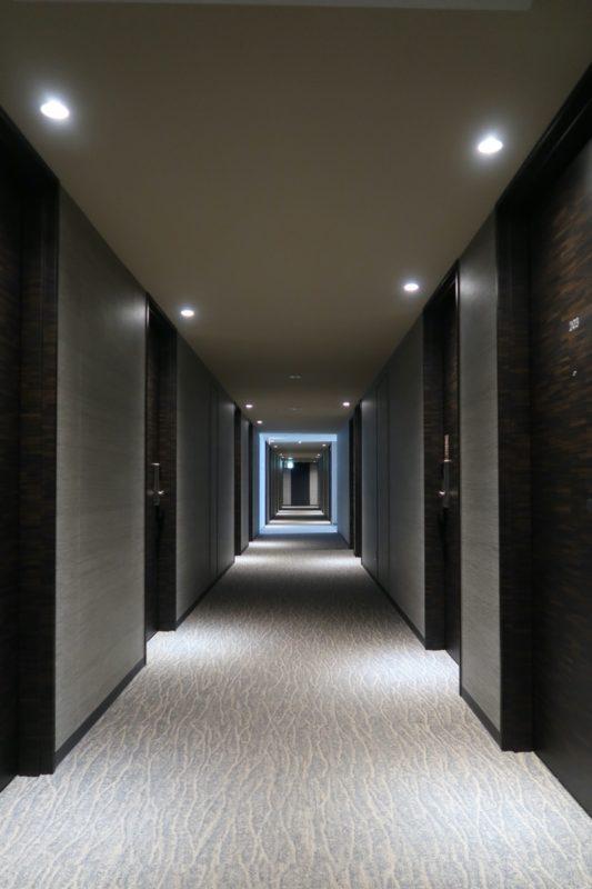 那覇市西町「ホテル・トリフィート那覇旭橋」客室の廊下