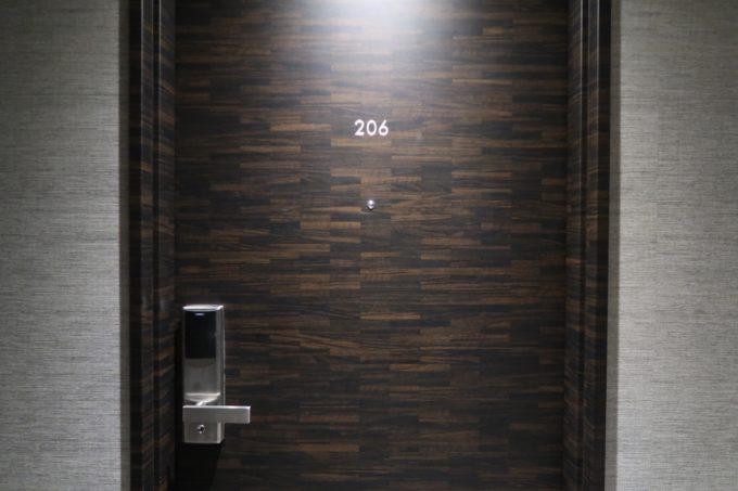 那覇市西町「ホテル・トリフィート那覇旭橋」206号室の入り口