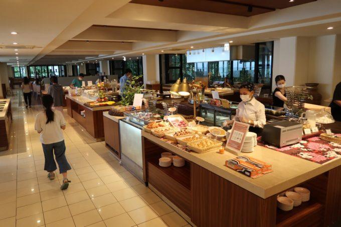 恩納村・ホテルムーンビーチのレストラン「コラーロ」の朝食会場