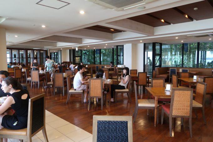 恩納村・ホテルムーンビーチのレストラン「コラーロ」の店内客席