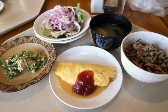 恩納村・ホテルムーンビーチ「コラーロ」で取り分けた朝食の様子