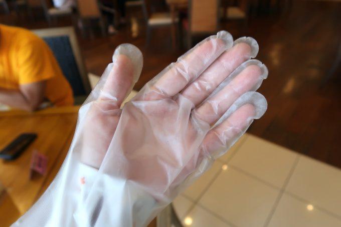 恩納村・ホテルムーンビーチ「コラーロ」では手袋をはめて取り分ける