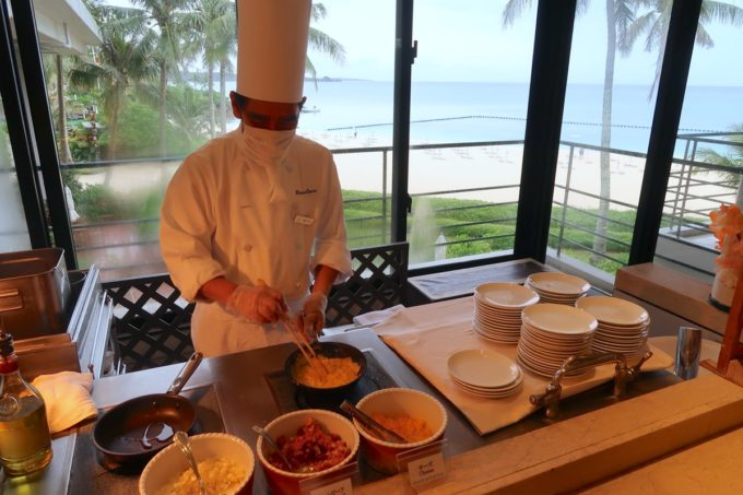 恩納村・ホテルムーンビーチ「コラーロ」の朝食(ライブキッチンのオムレツ)
