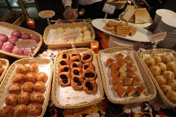 恩納村・ホテルムーンビーチ「コラーロ」の朝食(様々な種類のパン)