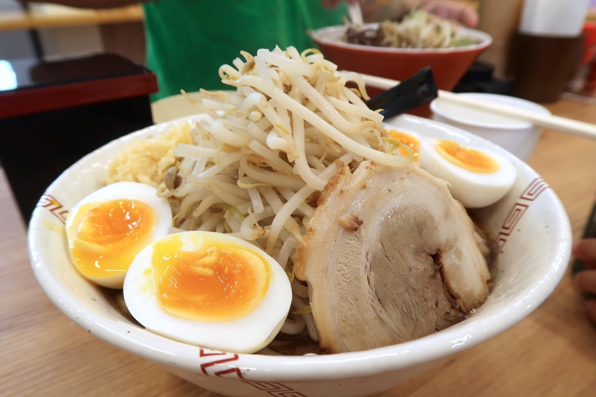 糸満市場いとま〜る「麺や金太郎」南二郎(750円)に味付煮卵2個トッピング(120円×2)