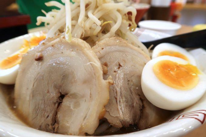 糸満市場いとま〜る「麺や金太郎」の南二郎に乗っているチャーシューのどアップ