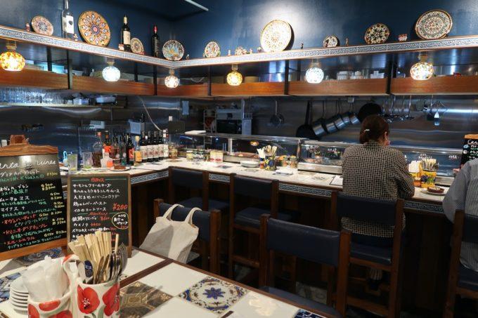 那覇市松尾「ピンチョス チキート(Pintxo CHIQUITO)」の店内客席(カウンター席、テーブル席)