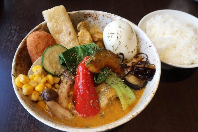 那覇・前島「タマニカレー」タイ風スープカレー(850円)