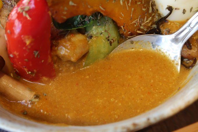 那覇・前島「タマニカレー」タイ風スープカレーのスープ