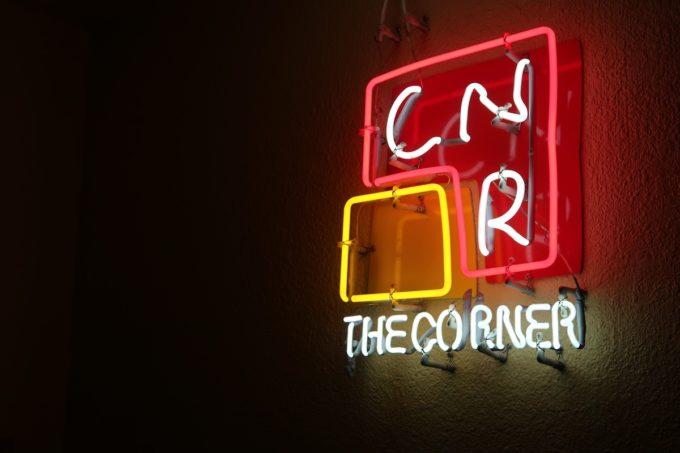 那覇・浮島通り「THE CORNER( ザ・コーナー)」店名のネオン