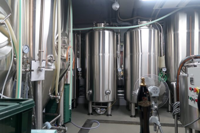 那覇市首里「ウォルフブロイ(WOLFBRAU)」は店内にビールの工場がある