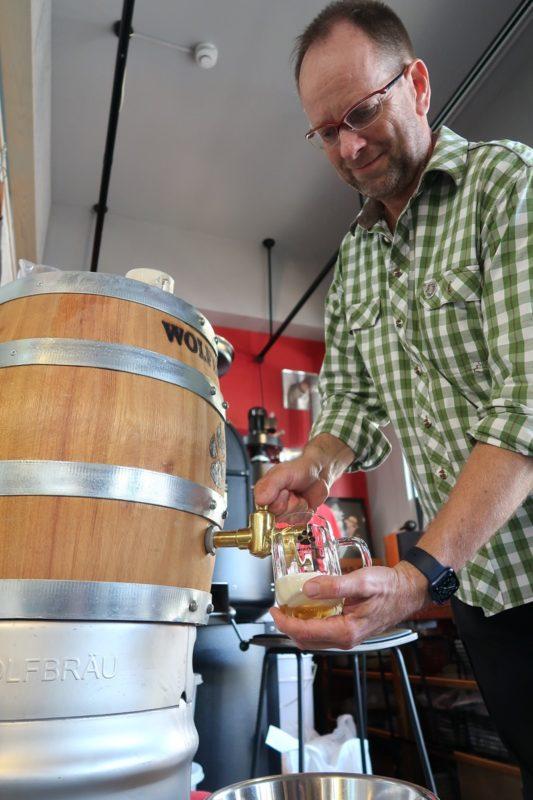 那覇市首里「ウォルフブロイ( Wolfbrau)」のウォルフさんにビールを注いでもらう