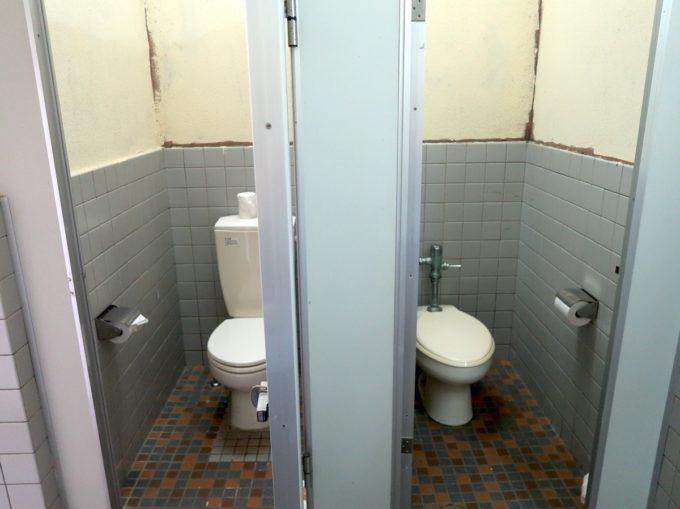 ユインチホテル南城のキャンプ場のトイレ(トイレットペーパーの設置された個室)