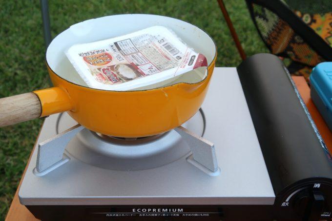 ユインチホテル南城のキャンプ場の夕飯時にパックごはんを温める