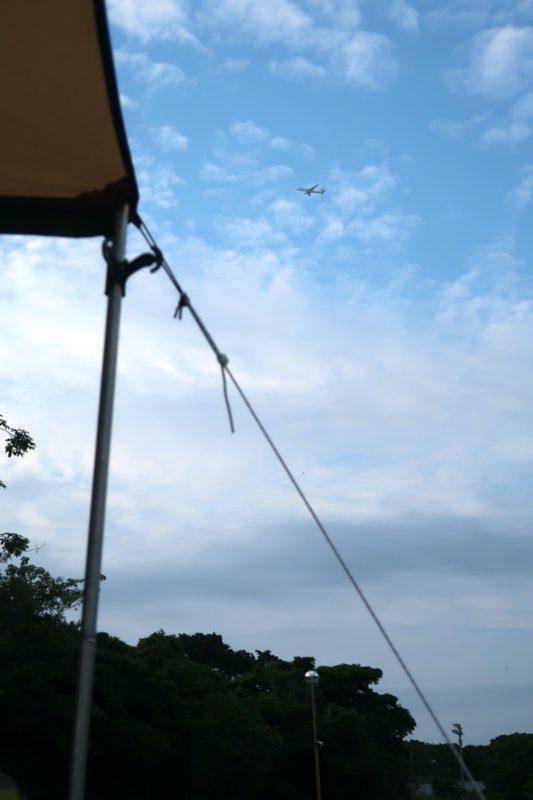 ユインチホテル南城のキャンプ場上空を飛ぶ飛行機