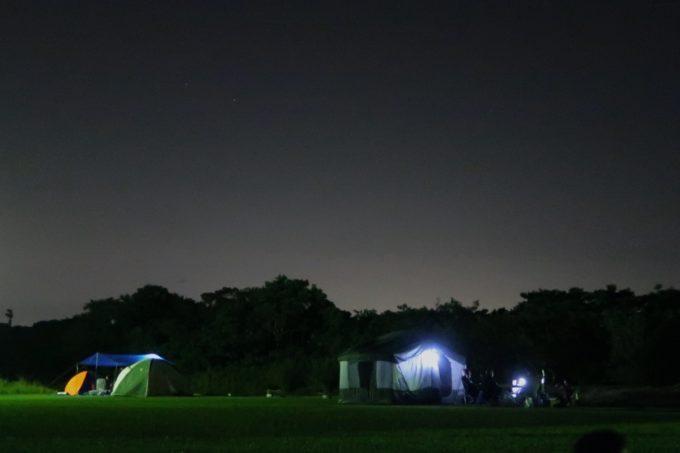 ユインチホテル南城のキャンプ場と夜の空