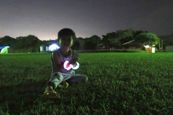 ユインチホテル南城のキャンプ場で使い捨ての蛍光ライトのありがたみを知る