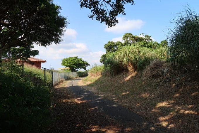 ユインチホテル南城のキャンプ場に向かう細い道